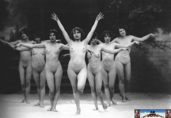Des danseurs et danseuses posent nus dans les rues et c