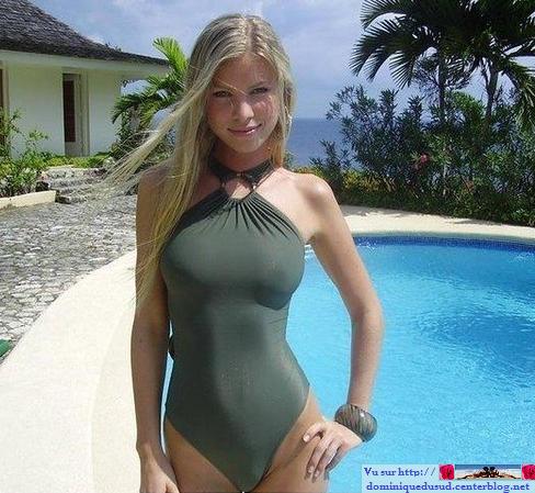 Femme Nue Piscine au bord de la piscine